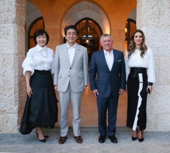 الملك والملكة يقيمان مأدبة عشاء تكريما لرئيس الوزراء الياباني