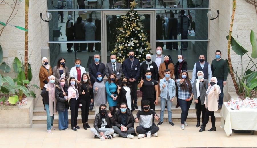 طلبة الشرق الأوسط يزينون شجرة عيد الميلاد المجيد