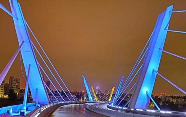 في ذكرى استقلالها إنارة جسر عبدون بألوان علم كازاخستان
