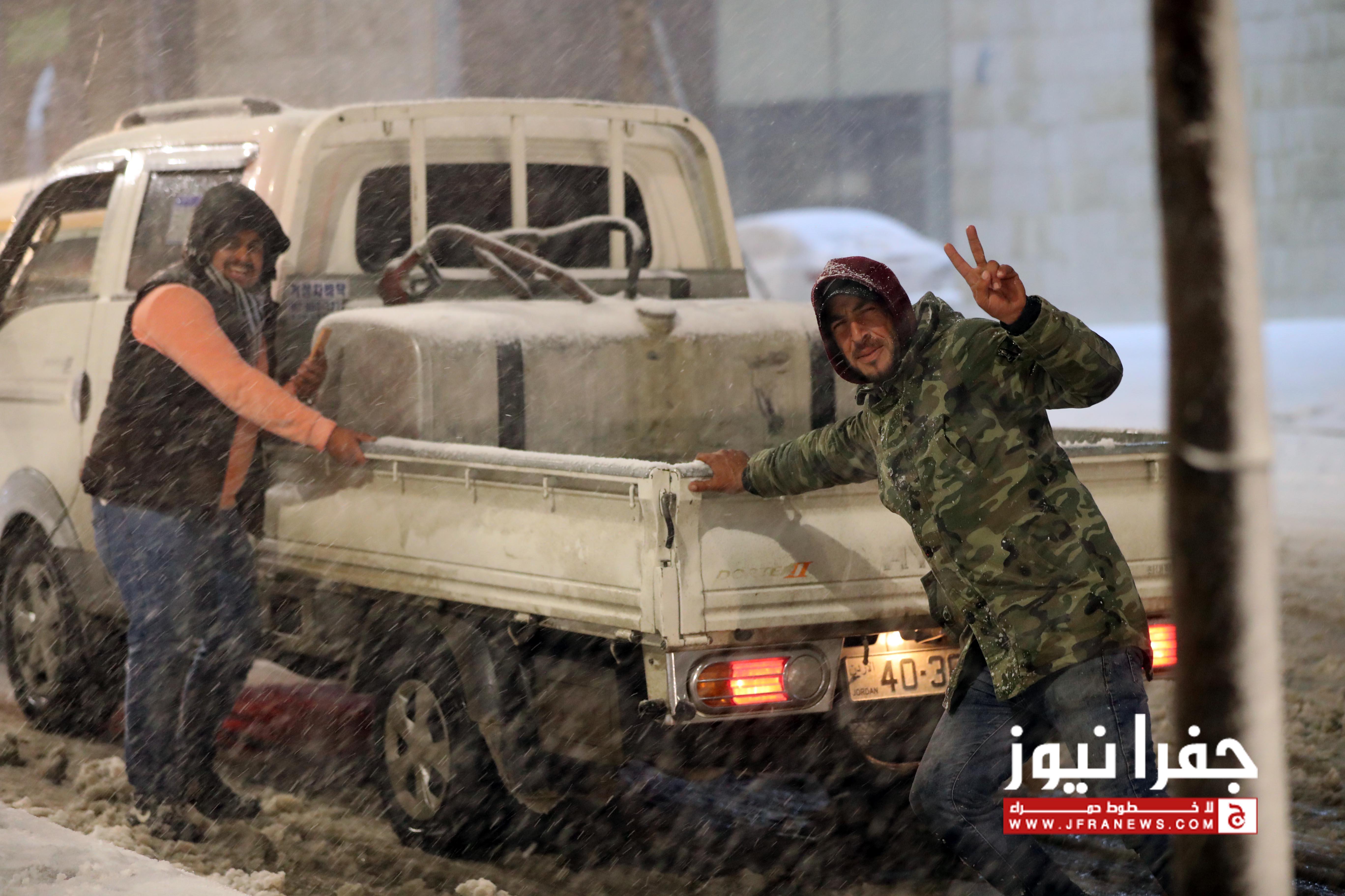 بالصور و الفيديو .. مركبات عالقة في عمان و تساقط كثيف للثلوج